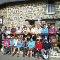 photo de groupe devant le gîte du Ménéhy